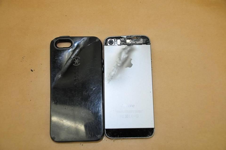 iphone e custodia colpiti da un proiettile a fresno