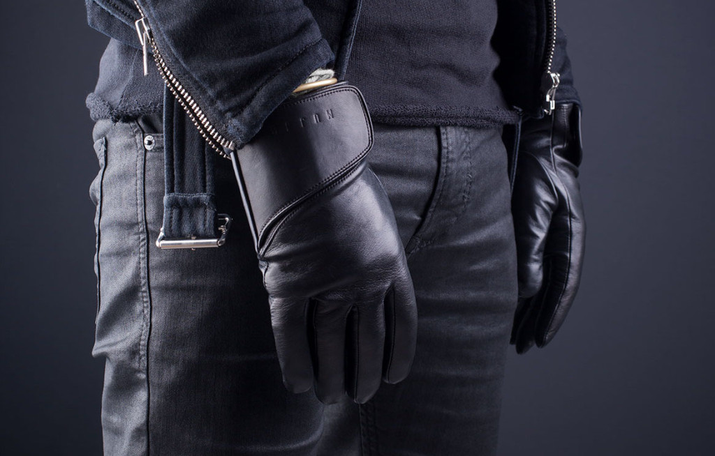 Leather-Touchscreen-Gloves-Lifestyle-011