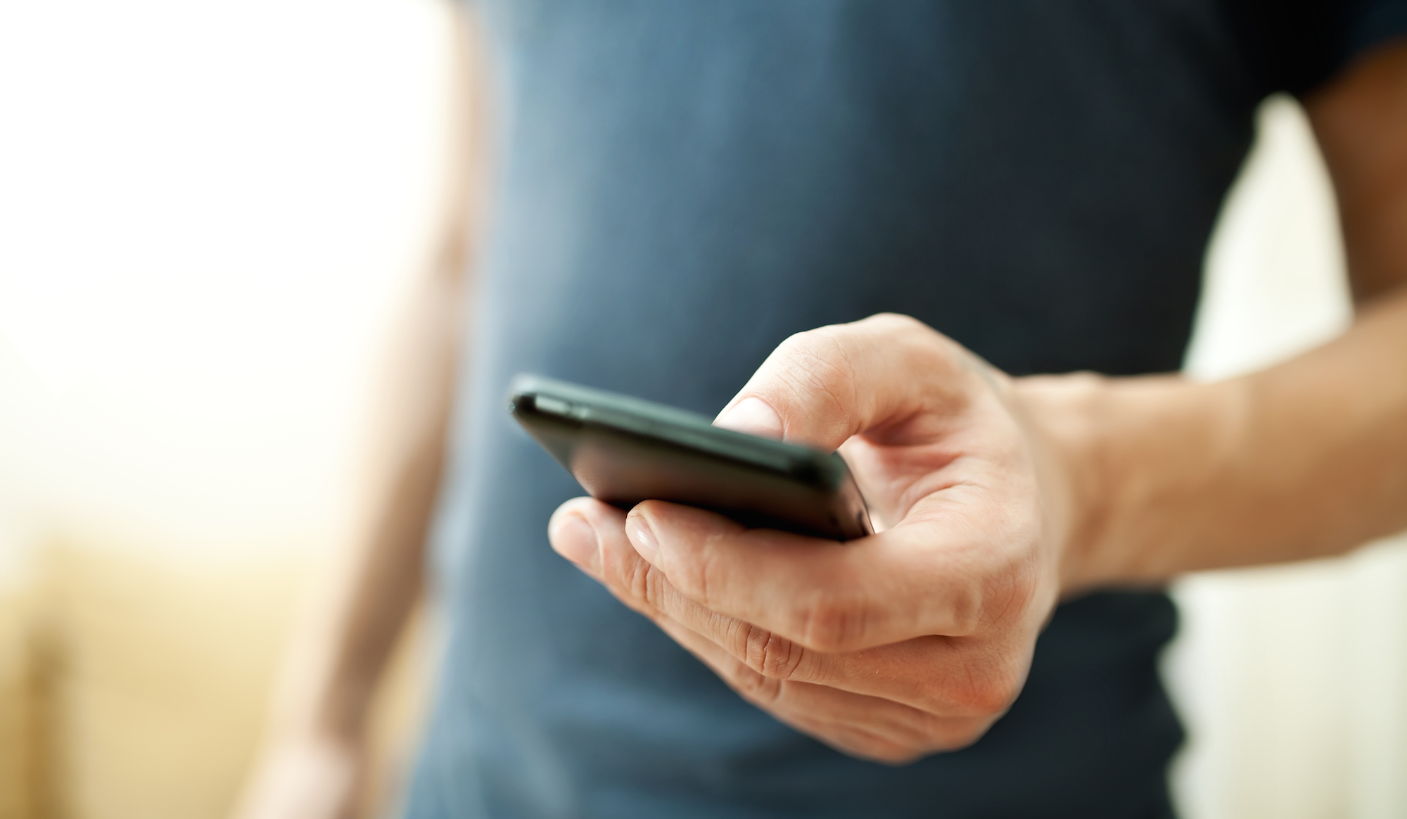 persona che usa smartphone