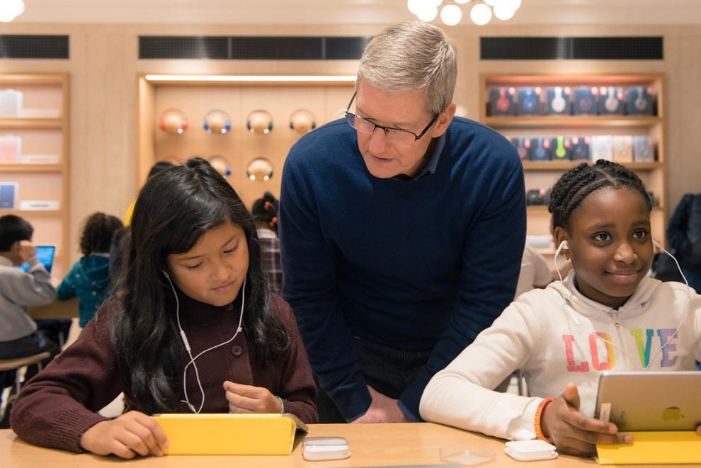Tim Cook all'Apple Store di New York con alcuni bambini delle elementari di Harlem