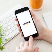 smartphone con scritta amazon