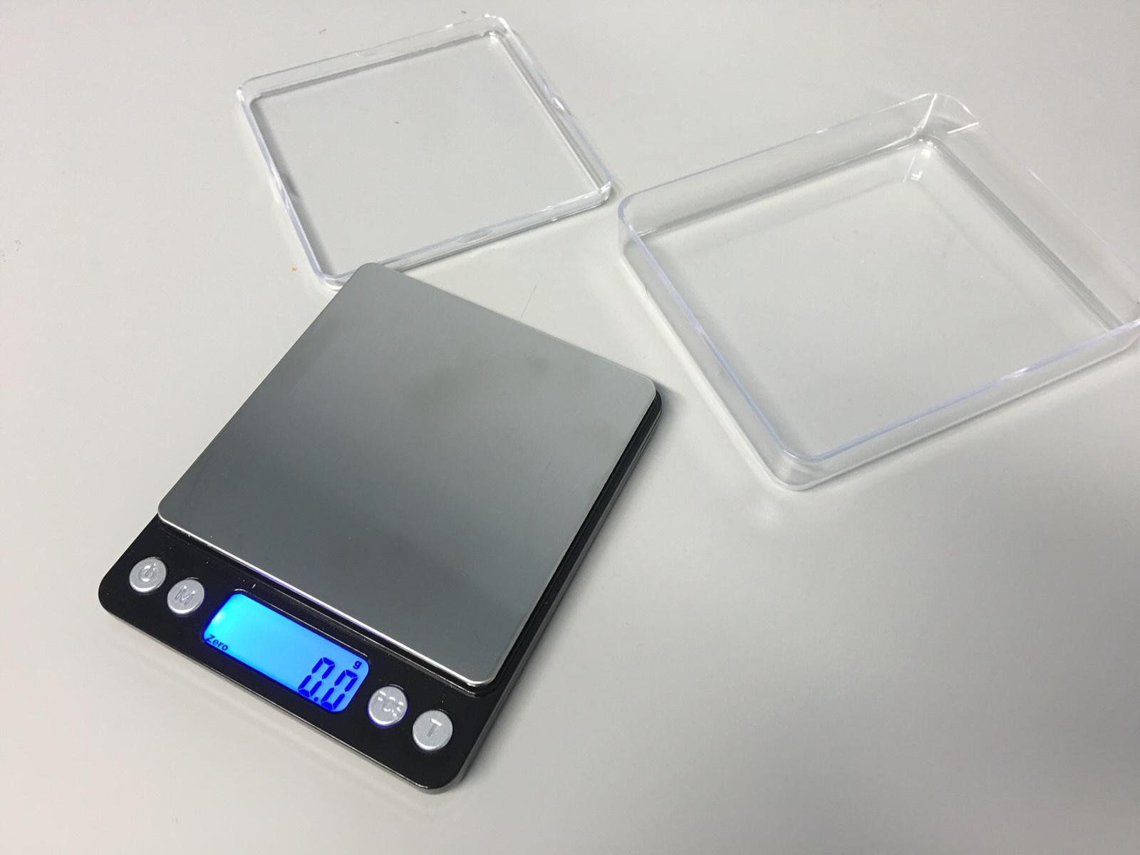 tecnicamente la pesa da cucina oltre alla pesata minima di 01 grammi si distingue per lalimentazione con due batterie aaa non incluse e una