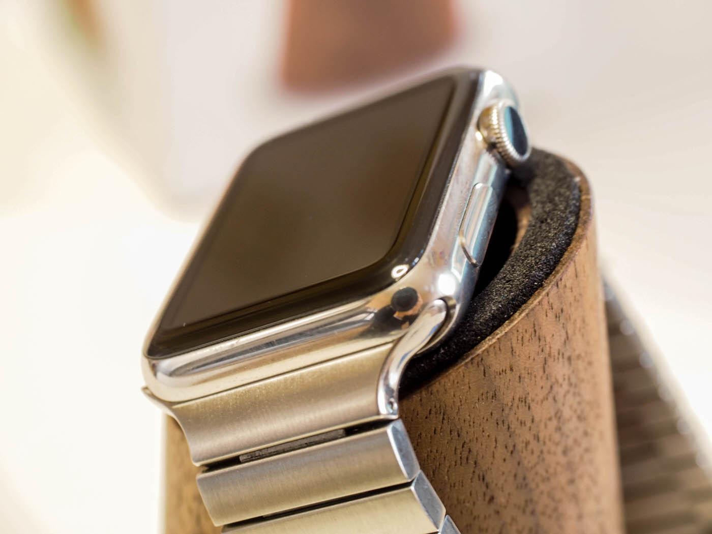 Ecco un dettaglio di come trattiene Apple Watch