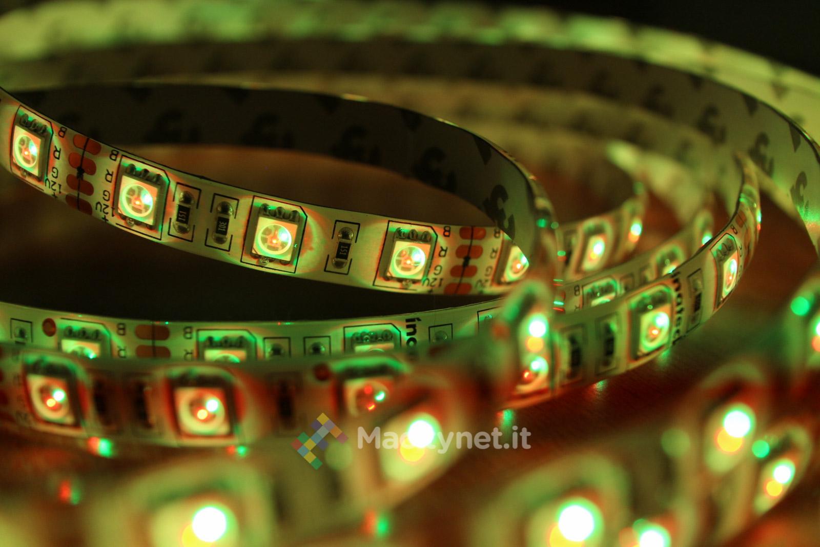 Striscia adesiva con LED e telecomando: sconto a 25,99 euro