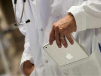 medico tira fuori ipad da camice