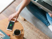 Al MWC16 Fone Salesman svela il tavolino in legno che ricarica iPhone