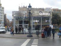 Samsung mette in mostra Galaxy S7 difronte all'Apple Store di Barcellona