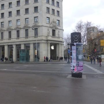Questa è la visuale dell'Apple Store di Piazza Catalunya visto dall'ingresso dello stand Samsung