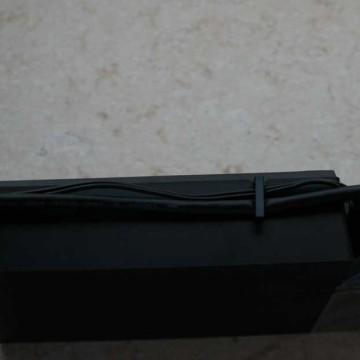 Un semplice gancio consente di tenere fermi i cavi