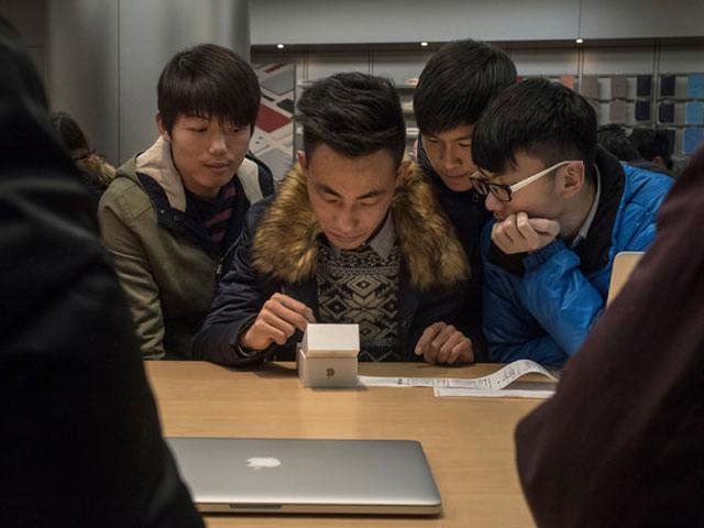 Persone in uno store di Apple in Cina