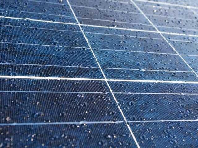 Pannelli solari sotto la pioggia