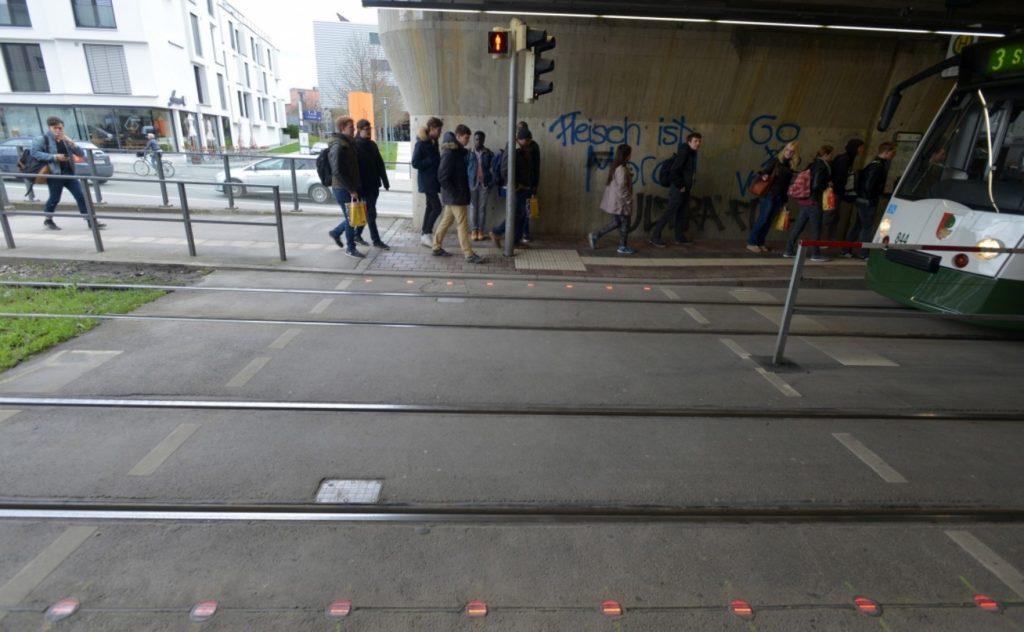Foto: Thomas Hosemann/Stadtwerke Augsburg - Pedoni distratti da smartphone