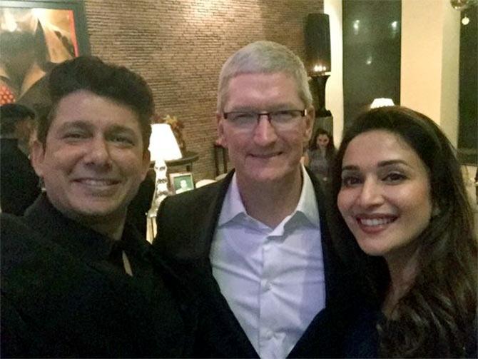 L'attrice Madhuri Dixit con il marito Dr Sriram Nene e Tim Cook