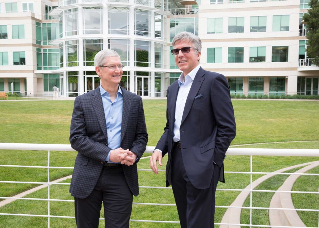 Il CEO di Apple Tim Cook e il CEO di SAP Bill McDermott nel campus della Mela a Cupertino.