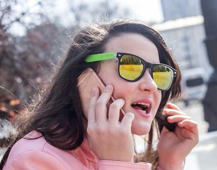 Donna con due cellulari