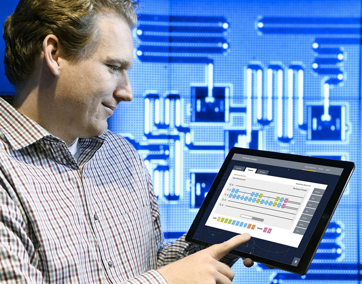 Jay Gambetta, omputing Scientist di IBM, usa un tablet per interagire con la piattaforma Quantum Experience