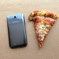 samsung-galaxy-note-ii-vs-pizza-slice-640x426