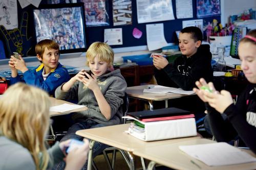 Gli smartphone in classe non sono più vietati: l'annuncio del Ministero dell'Istruzione