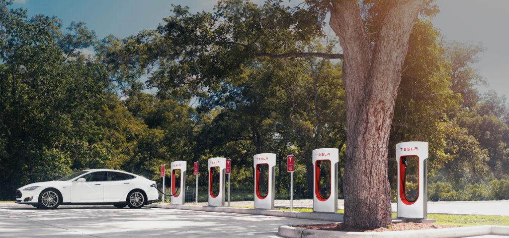 I Supercharger sono paline di ricarica, in grado di di caricare una Model S e Model X in pochi minuti invece di intere ore. Le stazioni sono posizionate strategicamente in vari punti per ridurre al minimo le fermate e l'azienda sta facnedo nascere nuovi punti trovano vicino a ristoranti, centri commerciali o Internet point.
