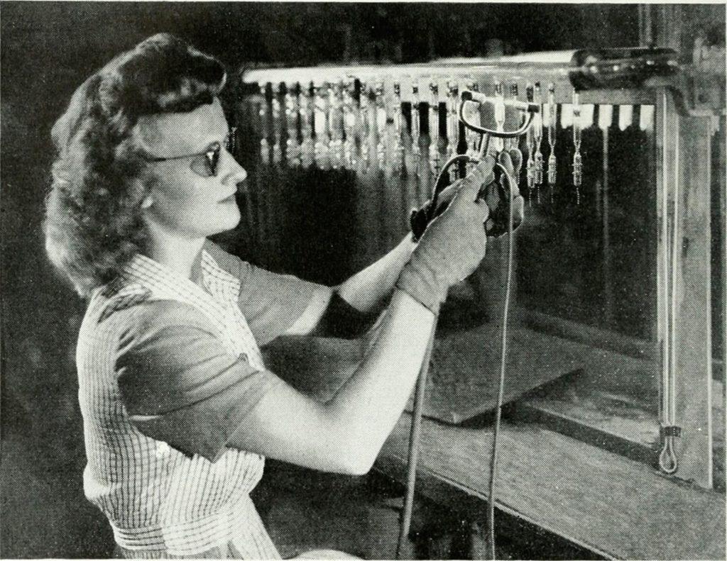 Un'operaia testa alcune valvole termoioniche - Immagine dal Bell Systems Technical Journal del 1922