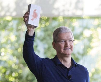 Tim Cook con in mano il miliardesimo iPhone