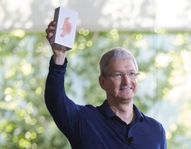 Tim Cook con in mano il miliardesimo iPhone