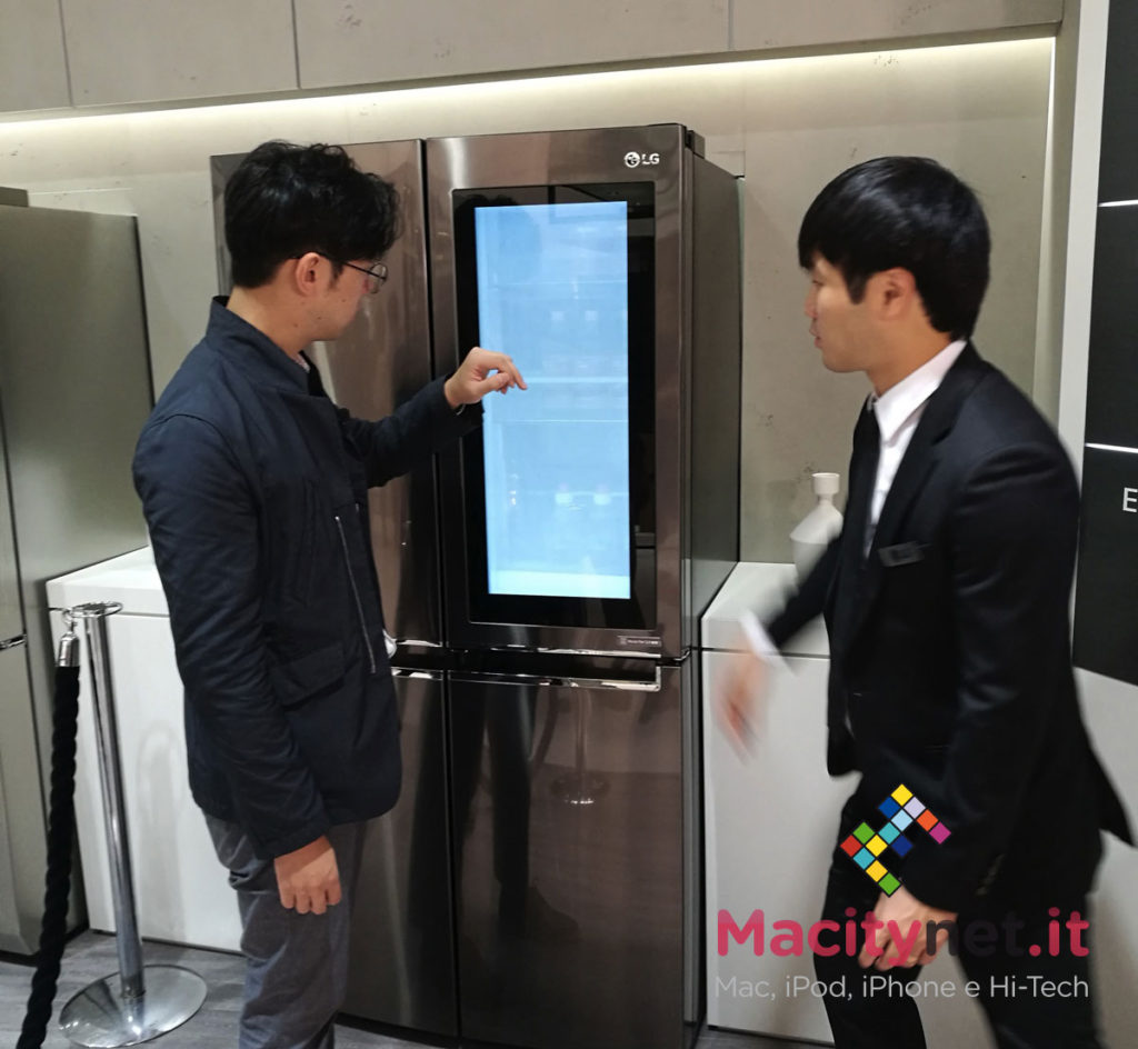 """Il frigorifero con Windows 10 e Cortana di LG. Integra nella porta un pannello touch screen con varie app; basta """"bussare"""" alla porta del frigo per farlo diventare semitrasparente e vedere cosa c'è all'interno, senza biosgno di aprire."""