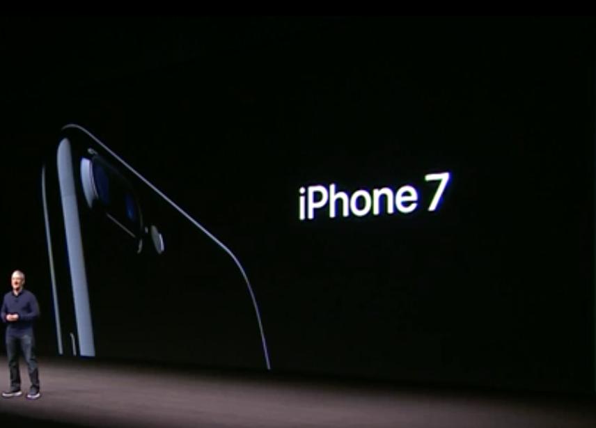 """iPhone 7 e 7 Plus ufficiali, anche nero lucido: """"rivoluzionario"""" nelle foto"""