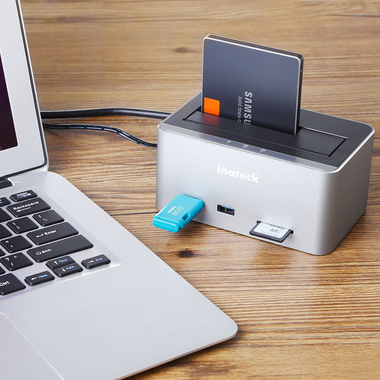 Docking station per dischi, con 2 USB e lettore SD: sconto a31,44 euro