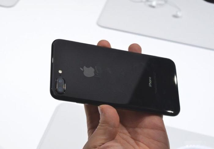 Impressioni iPhone 7 parte 1 Contro: il tasto Home è «diverso», jet black attira le impronte
