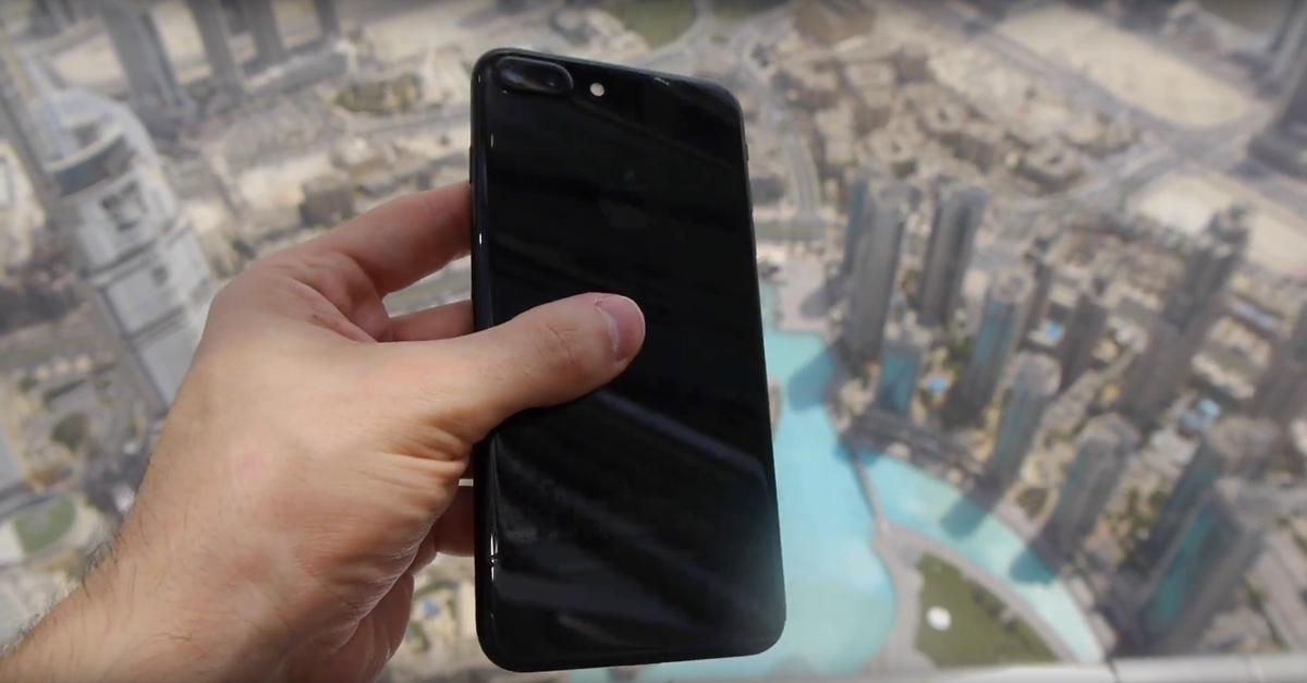 Perché lanciare iPhone 7 Plus Jet Black dal grattacielo più alto del mondo? Il video