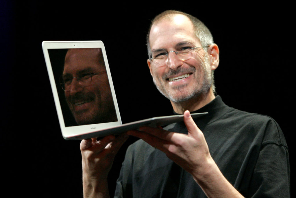 Steve Jobs presenta il primo MacBook Air nel 2008: foto AP Photo/Jeff Chiu) ORG XMIT: CAJC105