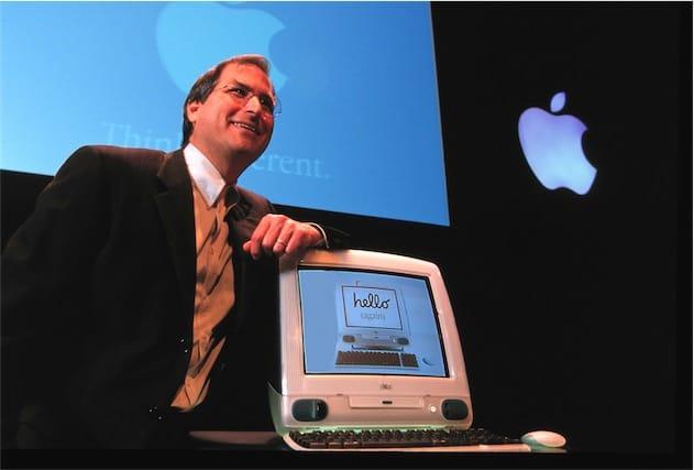Steve Jobs con il primo iMac