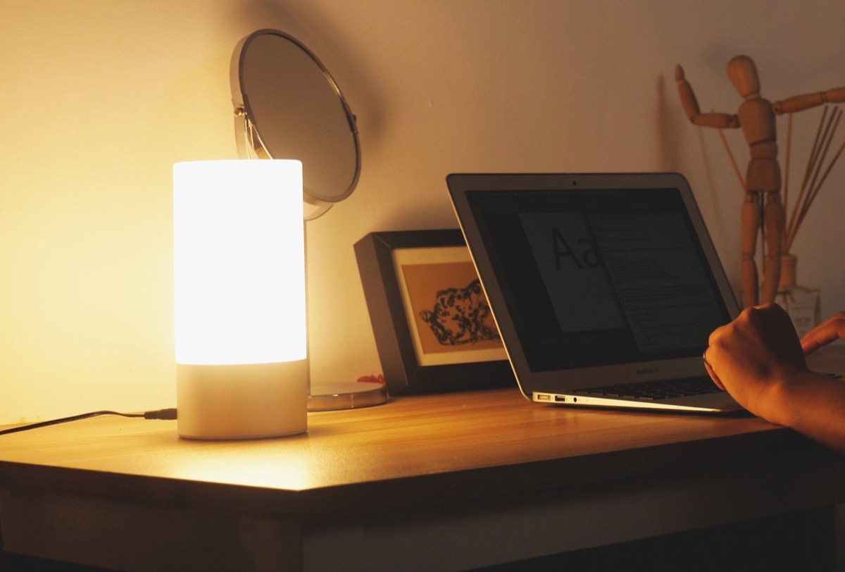 Lampada LED multicolore con controlli touch: ultime ore a soli 22,99 euro