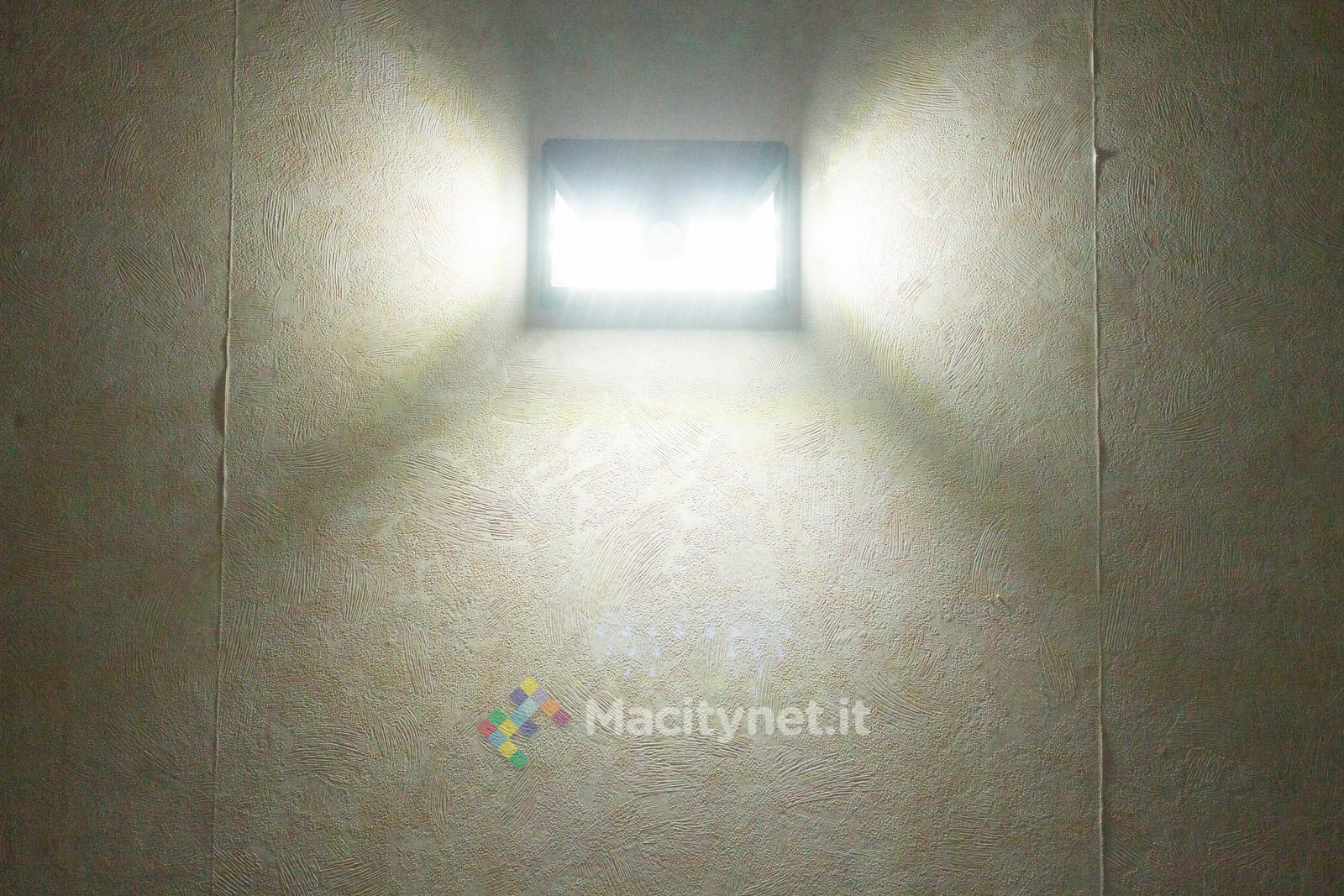 Macitynet mette alla prova Mpow GECD011AB, una lampada LED per esterni: piace per l'assenza di pulsanti e fili grazie all'accensione automatica tramite sensore di movimento ed alla ricarica della batteria con il pannello solare incorporato