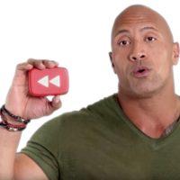 the rock con in mano una riproduzione del simbolo di YouTube rewind