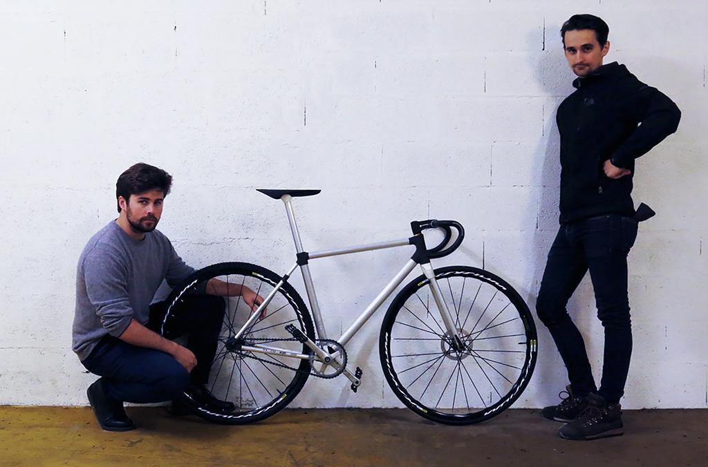 I designer Alexandre Orsetti e Piotr Widelka con la prima bici al mondo stampata in 3D.