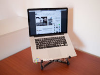 MacBook in ufficio, postura corretta con un supporto pratico e portatile