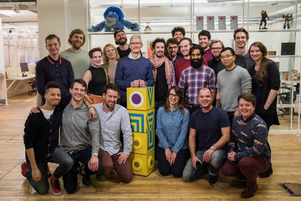 TIm Cook con gli sviluppastori di Ustwo Games