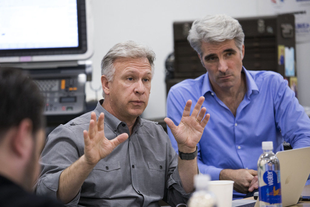 Phil Schiller (a sinistra) e Craig Federighi (Senior Vice President Software Engineering)