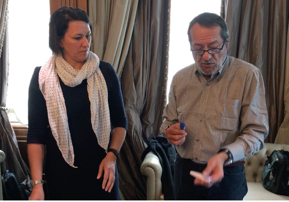 Lynne Kelley di Senseonics e il Dottor Tonol mostrano come si inserisce il sensore sottocutaneo