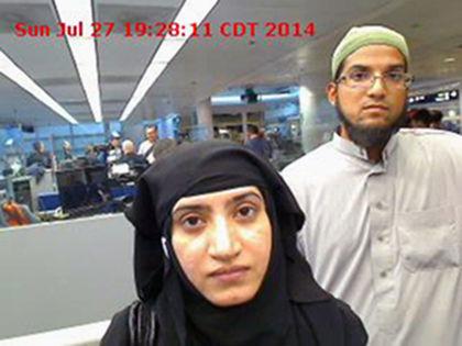 Tashfeen Malik, a sinistra, e suo marito, Syed Farook, alla dogana dell'Aeroporto Internazionale di Chicago-O'Hare