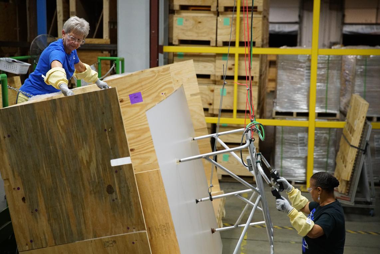Dipendenti Corning preparano una lastre di vetro per la finitura (Foto: Apple).