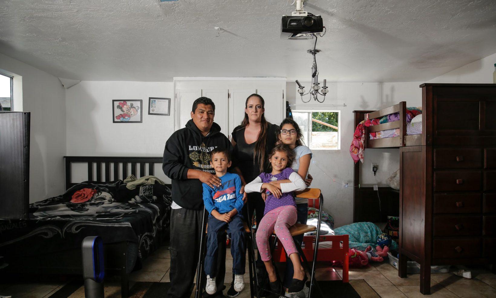 Victor, 29 anni, e Nicole, 26 anni, con i figli. Foto: Andrew Burton - The Guardian