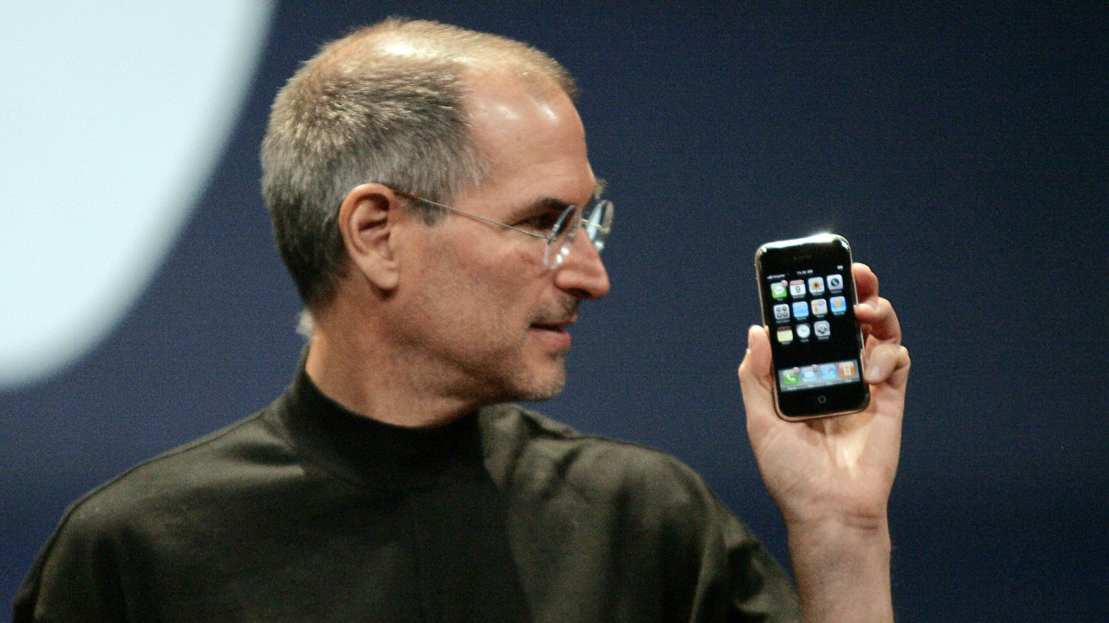 Steve Jobs con il primo iPhone