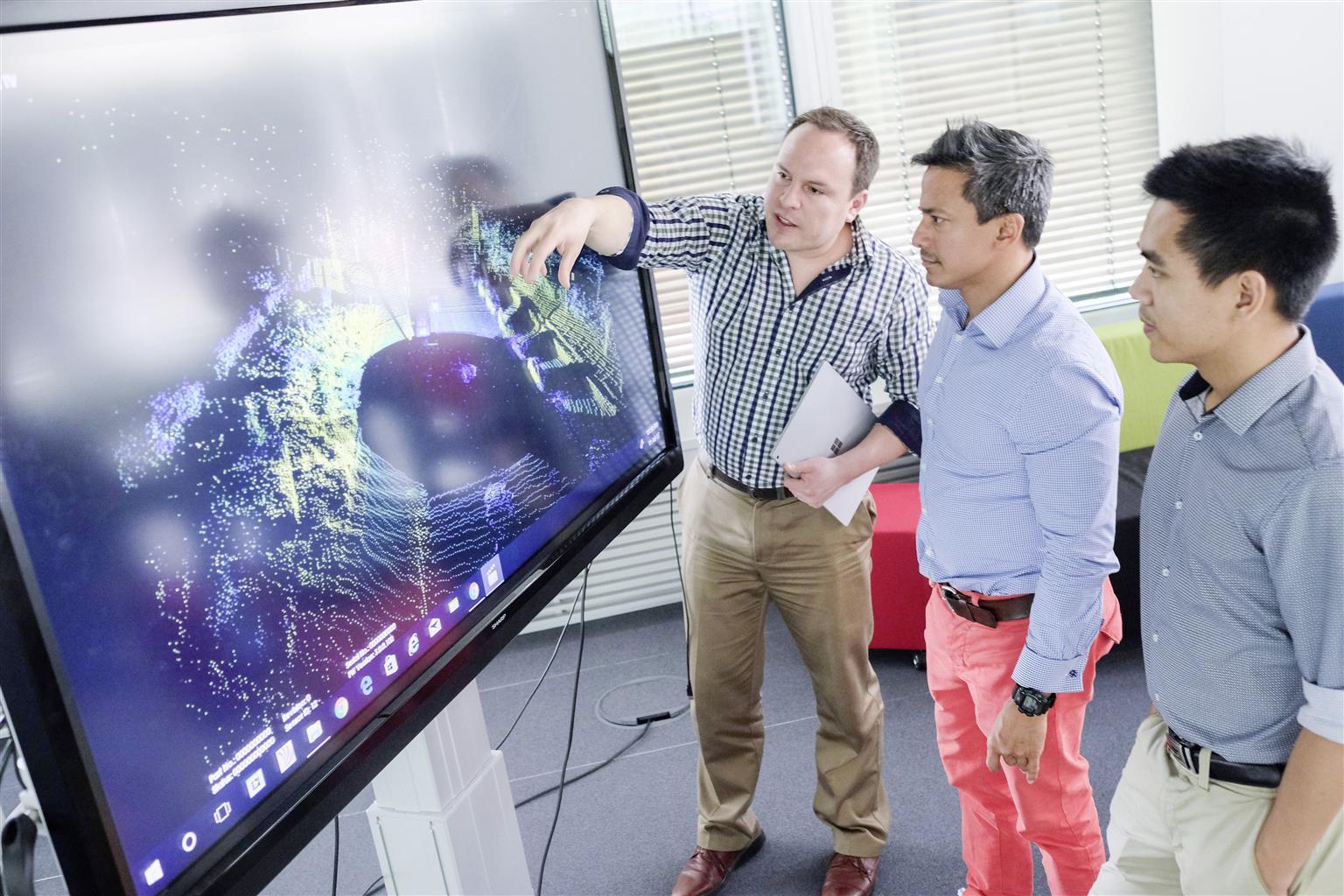 Specialisti di varie discipline al lavoro nell'Information Technology Center Munich (Data Lab)