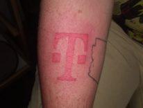Fatevi tatuare il logo dell'operatore per avere iPhone 8 gratis