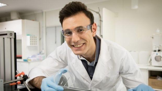 Il Dr Shayan Seyedin con la fibra MXene