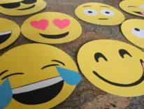 L'emoji più gettonata in USA è la faccina che piange dal ridere, lo dice Apple