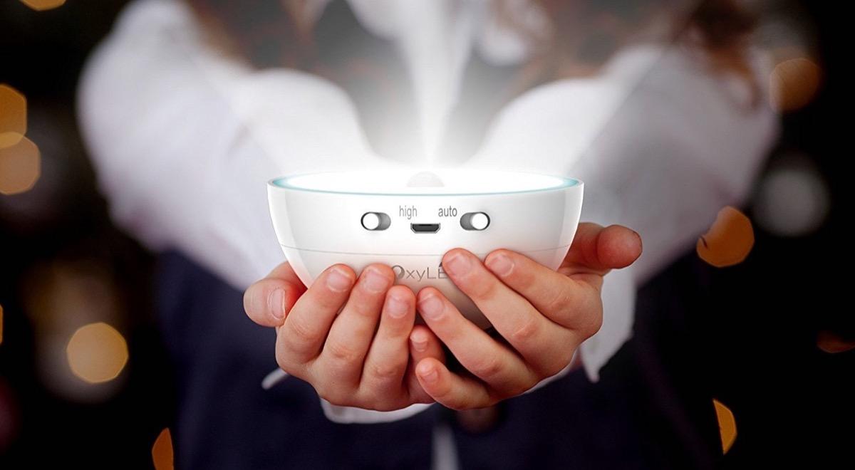 lampada wireless in mano